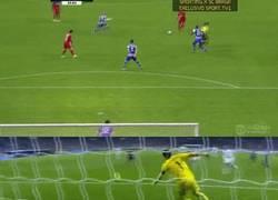 Enlace a GIF: Los defensas siempre fastidiando a Casillas