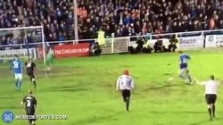Enlace a GIF: Un aficionado salta al Eastleigh 1-1 Bolton de FA Cup e intenta marcar gol