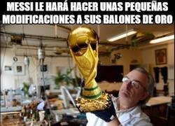 Enlace a Un balón de oro con forma de Copa del Mundo