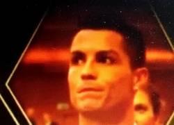 Enlace a GIF: BRUTAL La reacción de CR7 al ver que Messi gana el Balón de Oro