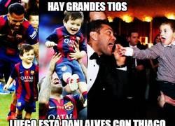 Enlace a Dani Alves ejerciendo de tío con Thiago Messi