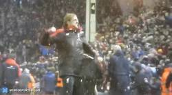 Enlace a GIF: La celebración de Klopp tras el gol del empate (3-3) de Allen frente al Arsenal. ¡Grande!