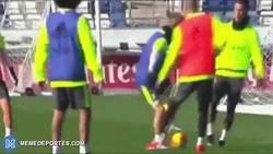 Enlace a GIF: Sabes que Odegaard no quiere jugar en el Madrid cuando le hace esto a Cristiano