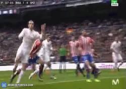 Enlace a GIF: Gol de Bale de cabeza en un saque de esquina