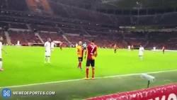 Enlace a GIF: Sneijder agradeció las instrucciones de un aficionado del Galarasaray en pleno partido