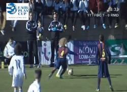 Enlace a GIF: Niño de la cantera del Madrid bailando a los defensas del Barça
