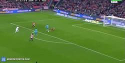 Enlace a GIF: Gol de Neymar con error del portero... y la defensa. 2-0 en el marcador