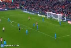 Enlace a GIF: Gol de Aduriz que le pone emoción a la eliminatoria frente al Barça