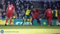 Enlace a GIF: Golazo de Mbokani de tacón ante el Liverpool