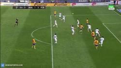 Enlace a GIF: Gooolaaazo de Messi, se vuelve a adelantar al Barça