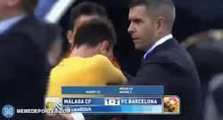 Enlace a GIF: Messi teniendo un gran detalle con un niño, mientras, los guardias de seguridad...