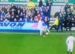 Enlace a GIF: El gran caño de Barkley ante el Swansea