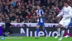 Enlace a GIF: La ruleta de Varane ante el Espanyol, lo que le enseña Arbeloa en los entrenamientos