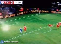Enlace a GIF: El segundo gol de Vardy frente al Liverpool