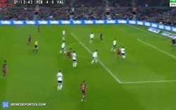 Enlace a GIF: Goooolaazo de Messi, su doblete y el cuarto del Barça