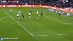Enlace a GIF: Gol de Messi que hace su hattrick. El Valencia fatal en defensa...