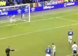 Enlace a GIF: El gol de Barkley a lo panenka ante Newcastle