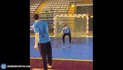 Enlace a GIF: Espectacular lanzamiento de 7 metros de Jose Mario Carrillo
