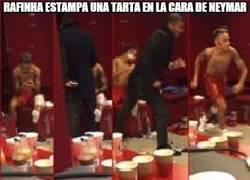Enlace a Rafinha estampa una tarta en la cara de Neymar