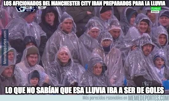 797691 - Los aficionados del Manchester City iban preparados para la lluvia
