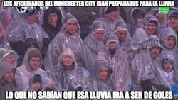 Enlace a Los aficionados del Manchester City iban preparados para la lluvia