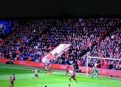 Enlace a GIF: Así fue el gol de Özil ante el Bourneamouth