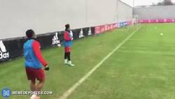 Enlace a GIF: Gol olímpico de Douglas Costa de rabona
