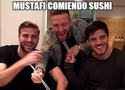 Enlace a Mustafi comiendo sushi