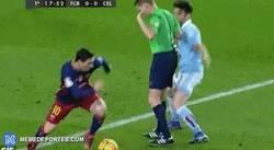 Enlace a GIF: Messi regatea con ayuda del árbitro