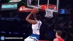 Enlace a GIF: El mate de DeMar Derozan a 360 grados en el All Star Game