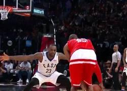 Enlace a GIF: El sano reto de LeBron James a Kobe Bryant en el All Star Game