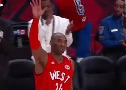 Enlace a GIF: Kobe se despide de los All star