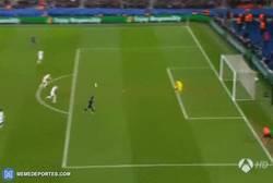 Enlace a GIF: Golazo de Cavani que adelanta al PSG en el marcador