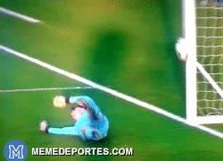 Enlace a GIF: Gol del Valencia en la tanda de penaltis que el árbitro dice que va fuera #RoboAlValencia