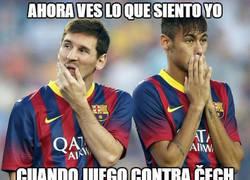 Enlace a ¡Brutal Čech en el mano a mano con Neymar!