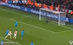 Enlace a GIF: Gol de Messi de penalti. Marca su doblete frente a Cech