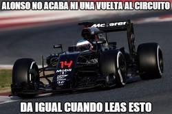 Enlace a Alonso no acaba ni una vuelta al circuito