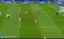 Enlace a GIF: Gol de Fernandinho que adelanta al City en la final de la Capital One Cup frente al Liverpool