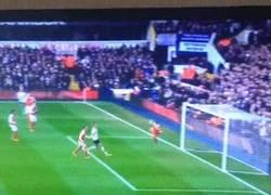Enlace a GIF: Golaaaaazo de Kane. Remonta el partido frente al Arsenal. (2-1)