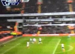 Enlace a GIF: Gol del Arsenal, gol de Alexis Sánchez jugando con 10 (2-2)