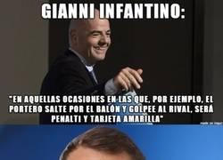 Enlace a Gianni Infantino, explicando una nueva regla en el fútbol