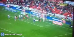 Enlace a GIF: El golazo de Beñat que ponía por delante al equipo vasco