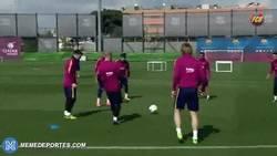 Enlace a GIF: No hay nada peor que estar en medio de un rondo del Barça
