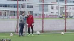 Enlace a GIF: Neuer hace un paradón con una sola mano en el entrenamiento