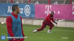 Enlace a GIF: Con Douglas Costa en la portería, ahora sí Neuer podrá hacer goles