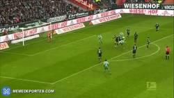Enlace a GIF: Gol 100 de Pizarro con el Werder Bremen, todo un golazo