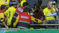 Enlace a GIF: El balonazo de Messi que dejó mareada y con una fractura de muñeca a una aficionada
