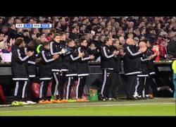 Enlace a VÍDEO: El Feyenoord-Sparta se detiene en el 14' para homenajear a Cruyff