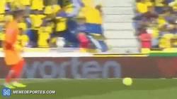 Enlace a GIF: Gol de Rodrigo tras el fail de Javi Varas