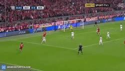 Enlace a GIF: Gol de Vidal con asistencia de Bernat. Se adelanta el Bayern en el minuto 2